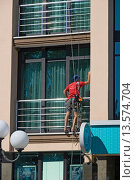Купить «Мойщик окон за работой», эксклюзивное фото № 13574704, снято 18 сентября 2015 г. (c) Александр Щепин / Фотобанк Лори