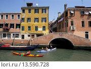 Купить «kayak trip on Rio Misericordia in Cannaregio district, Venice, Veneto region, Italy, Europe», фото № 13590728, снято 19 ноября 2018 г. (c) age Fotostock / Фотобанк Лори