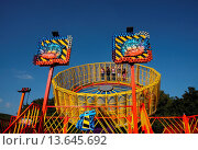 Купить «Vier Mädchen haben Spass bei einer Karusellfahrt _ Hintergrund blauer Himmel.», фото № 13645692, снято 24 января 2019 г. (c) age Fotostock / Фотобанк Лори