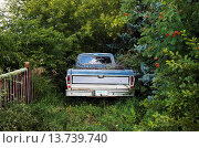 Купить «Pickup Truck Parked Under Trees;Saskatchewan Canada», фото № 13739740, снято 10 апреля 2020 г. (c) age Fotostock / Фотобанк Лори