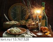 Купить «Новогодний натюрморт с шампанским, оливье и бенгальскими огнями», фото № 13767528, снято 14 ноября 2018 г. (c) Марина Володько / Фотобанк Лори