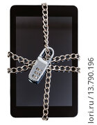 Купить «tablet pc fettered by chain and closed by lock», фото № 13790196, снято 27 мая 2018 г. (c) PantherMedia / Фотобанк Лори