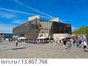 Купить «Europe, Germany, Bremen, Bremerhaven, Hermann-Heinrich-Meier-Strasse, new harbour, port, German emigrant house, flags, vehicles, vessels, harbour, port...», фото № 13807768, снято 12 ноября 2019 г. (c) age Fotostock / Фотобанк Лори