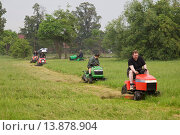 Купить «Detroit, Michigan - The Detroit Mower Gang, an informal group of volunteers, cuts the grass in parks and playgrounds that the city can no longer afford to maintain.», фото № 13878904, снято 21 ноября 2018 г. (c) age Fotostock / Фотобанк Лори