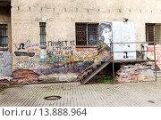 Купить «Санкт-Петербург. Граффити на стене дома где находилась кочегарка Виктора Цоя на ул. Блохина 15», фото № 13888964, снято 7 августа 2015 г. (c) FotograFF / Фотобанк Лори