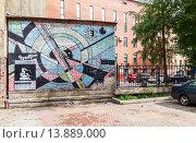 Купить «Санкт-Петербург. Граффити на стене дома где находилась кочегарка Виктора Цоя на ул. Блохина 15», фото № 13889000, снято 7 августа 2015 г. (c) FotograFF / Фотобанк Лори