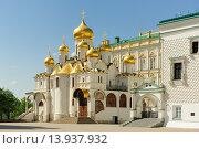 Купить «Благовещенский собор Московского Кремля и фрагмент Грановитой палаты», фото № 13937932, снято 13 мая 2015 г. (c) Денис Ларкин / Фотобанк Лори
