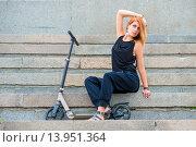 Девушка сидит на ступеньках возле самоката. Стоковое фото, фотограф Константин Лабунский / Фотобанк Лори