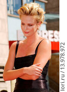 Купить «Charlize Theron - Hollywood/California/United States - CHARLIZE THERON HONORED WITH THE 2,291ST STAR ON THE HOLLYWOOD WALK OF FAME», фото № 13978972, снято 29 сентября 2005 г. (c) age Fotostock / Фотобанк Лори