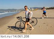 Phil Keoghan - Santa Monica/California/United States - PHIL KEOGHAN KICKS OFF HIS CROSS COUNTRY BIKE RIDE (2009 год). Редакционное фото, фотограф visual/pictureperfect / age Fotostock / Фотобанк Лори