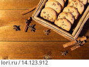 Купить «close up of oat cookies on wooden table», фото № 14123912, снято 1 октября 2015 г. (c) Syda Productions / Фотобанк Лори