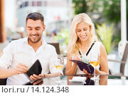 Купить «happy couple with wallet paying bill at restaurant», фото № 14124348, снято 15 июля 2015 г. (c) Syda Productions / Фотобанк Лори