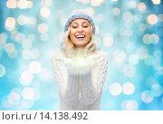 Купить «woman in winter hat holding fairy dust on palms», фото № 14138492, снято 8 октября 2015 г. (c) Syda Productions / Фотобанк Лори