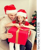 Купить «smiling father and daughter opening gift box», фото № 14139516, снято 26 октября 2013 г. (c) Syda Productions / Фотобанк Лори