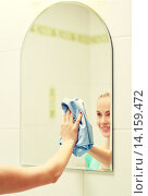 Купить «close up of happy woman cleaning mirror with rag», фото № 14159472, снято 25 января 2015 г. (c) Syda Productions / Фотобанк Лори