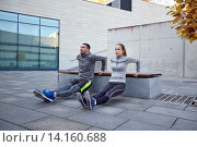 couple doing triceps dip exercise outdoors. Стоковое фото, фотограф Syda Productions / Фотобанк Лори