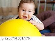 Мальчик играет с большим желтым шаром. Стоковое фото, фотограф Виктория Нам / Фотобанк Лори