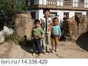 Drei Jungen im Alter ziwschen 5 und acht Jahren stehen vor einem Haus und blicken in die Kamera, Lobesa, Bhutan / Three boys aged between five and eight... Стоковое фото, фотограф Zoonar/Georg / age Fotostock / Фотобанк Лори