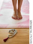 Купить «Tadasana Yoga pose with Mala prayer beads.», фото № 14398020, снято 25 августа 2013 г. (c) age Fotostock / Фотобанк Лори