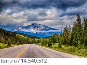 Купить «The Yellowhead Highway 16 in Jasper National Park, Alberta, Canada.», фото № 14540512, снято 19 июня 2013 г. (c) age Fotostock / Фотобанк Лори