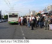 Купить «Толпа людей, ожидающих транспорт на остановке. Уральская улица. Москва», эксклюзивное фото № 14556036, снято 5 сентября 2008 г. (c) lana1501 / Фотобанк Лори