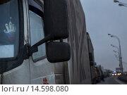 Купить «Грузовые автомобили стоят вечером в длинной пробке на дороге в российском городе», фото № 14598080, снято 4 декабря 2015 г. (c) Николай Винокуров / Фотобанк Лори