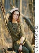 Девушка в модной одежде цвета хаки позирует в осеннем лесу. Стоковое фото, фотограф Pavel Reband / Фотобанк Лори