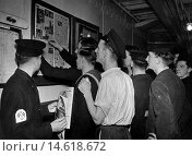 Купить «Sailors read the latest copy of Good Morning the newspapers for Submariners as it is pinned to the notice board, October 1944.», фото № 14618672, снято 27 мая 2018 г. (c) age Fotostock / Фотобанк Лори