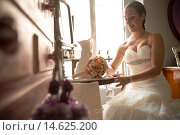 Купить «Bride with the finishing touches of makeup in their room», фото № 14625200, снято 18 января 2019 г. (c) age Fotostock / Фотобанк Лори