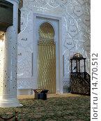 Купить «Михраб - молитвенная ниша и кафедра-минбар, интерьер внутри большой белой мечети шейха Заида, Абу Даби, ОАЭ», фото № 14770512, снято 28 октября 2014 г. (c) SevenOne / Фотобанк Лори