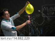 Купить «Опыты с теплопроводностью. Поджигание шарика с водой с помощью свечи в музее Москвы», фото № 14882220, снято 19 апреля 2018 г. (c) Николай Винокуров / Фотобанк Лори