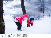 Купить «Маленький мальчик и девочка делают снеговика», фото № 14901256, снято 10 января 2015 г. (c) Ирина Мойсеева / Фотобанк Лори