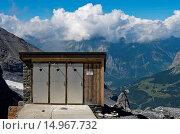 Toilette mit Talblick an der Fründenhütte des Schweizer Alpen-Club (SAC) bei Kandersteg, Berner Oberland, Schweiz / Toilet house with panorama view at... Стоковое фото, фотограф Zoonar/Georg / age Fotostock / Фотобанк Лори