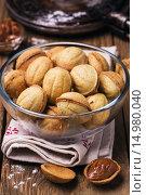 Купить «Печеные орешки со сгущенный молоком в прозрачной тарелке», фото № 14980040, снято 26 ноября 2015 г. (c) Сергей Чайко / Фотобанк Лори
