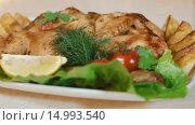Купить «Жареная курица с овощами на тарелке», видеоролик № 14993540, снято 18 ноября 2015 г. (c) Илья Насакин / Фотобанк Лори