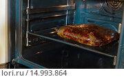 Купить «Женщина достает курицу приготовленную в пакете», видеоролик № 14993864, снято 18 ноября 2015 г. (c) Илья Насакин / Фотобанк Лори