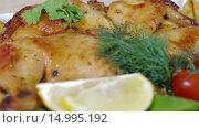 Купить «Запеченная курица с овощами», видеоролик № 14995192, снято 18 ноября 2015 г. (c) Илья Насакин / Фотобанк Лори