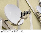 Купить «Спутниковая антенна с тремя приемниками», эксклюзивное фото № 15002132, снято 9 ноября 2015 г. (c) Вячеслав Палес / Фотобанк Лори