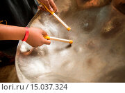 Close-up of man´s hands playing a steel drum in Baltimore, Maryland. Стоковое фото, фотограф Edwin Remsberg / age Fotostock / Фотобанк Лори