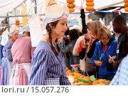 Купить «Käsefrau auf dem Käsemarkt in Alkmaar», фото № 15057276, снято 26 мая 2020 г. (c) age Fotostock / Фотобанк Лори