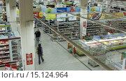 Купить «Покупатели в гипермаркете «Карусель»», видеоролик № 15124964, снято 4 октября 2015 г. (c) Курганов Александр / Фотобанк Лори
