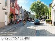Купить «Туристы по улице в Брюгге, Бельгия», фото № 15153408, снято 27 мая 2015 г. (c) Валерия Потапова / Фотобанк Лори