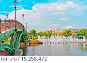 Купить «Big fountain and green bridge and in Tsaritsino p», фото № 15258472, снято 20 апреля 2019 г. (c) age Fotostock / Фотобанк Лори
