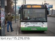 Городской автобус ЛиАЗ на остановке (2015 год). Редакционное фото, фотограф Артём Самохин / Фотобанк Лори