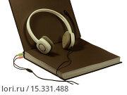 Книга, наушники, электронное образование на белом фоне. Стоковое фото, фотограф Нефедьев Леонид / Фотобанк Лори