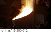 Купить «Раскаленный металл заливают в форму», видеоролик № 15380012, снято 8 декабря 2015 г. (c) Илья Насакиин / Фотобанк Лори