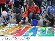 Дети раскрашивают рисунки (2011 год). Редакционное фото, фотограф Вячеслав Варбасевич / Фотобанк Лори