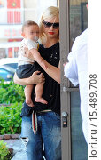 Купить «Gwen Stefani heads to her weekly acupuncture visit with her son Apollo in Los Angeles Featuring: Gwen Stefani,Apollo Rossdale Where: Los Angeles, California...», фото № 15489708, снято 15 сентября 2014 г. (c) age Fotostock / Фотобанк Лори