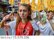Купить «Self mutilation: Vegetarian festival devotee in Bangkok, Thailand.», фото № 15579336, снято 26 сентября 2014 г. (c) age Fotostock / Фотобанк Лори