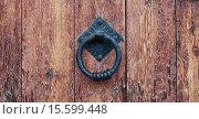 Купить «Дверная ручка-колотушка на старой деревянной двери», фото № 15599448, снято 11 декабря 2015 г. (c) Петр Ермаков / Фотобанк Лори